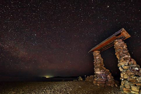 Ворота на мысе Уюга со звёздами