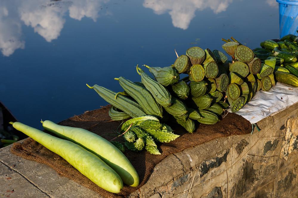 Диковинные овощи на рынке, озеро Дал, Шринагар, Кашмир, Индия