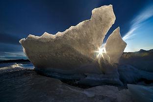 Льдина и солнце на Байкале в декабре