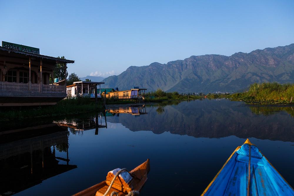 Озеро Дал, Шринагар, Кашмир, Индия. Прогулка на лодке-шикаре