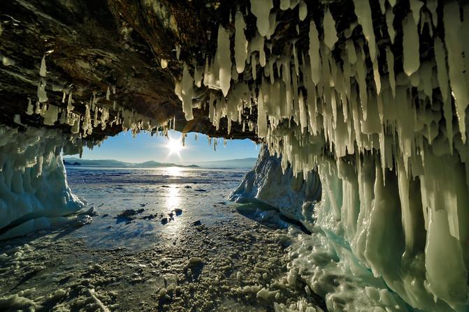 Вид из одной пещеры на Байкале зимой. Туристы обломали сосульки уже