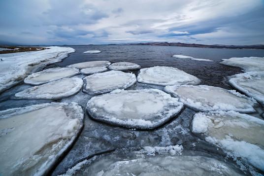 Застывшие ледяные плюхи в устье реки Сарма, Байкал