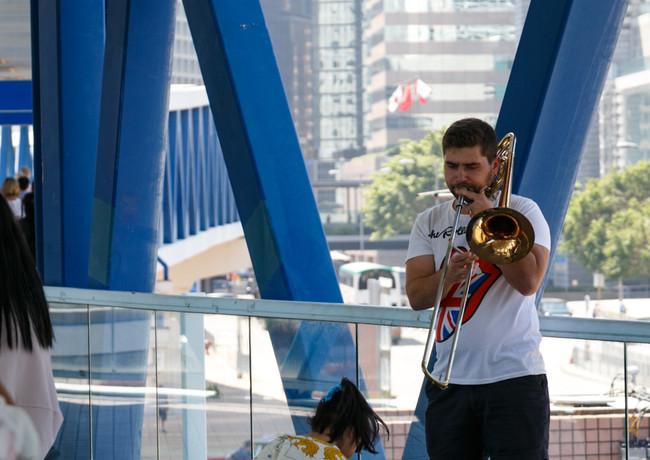 Уличный музыкант в переходе в Гонконге