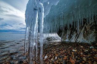 Ледяные наплески на скале озера Байкал в