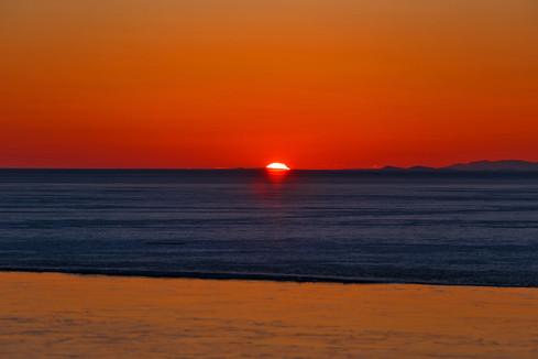 Рассвет на границе воды и льда. Байкал
