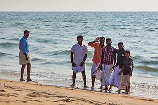 Местные индусы в на побережье Индийского океана