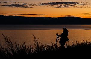 Фотограф после заката на Байкале