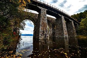 Старинный каменный мост на Кругобайкальской железной дороге