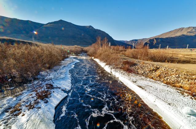 Река Сарма спешит в Байкал. Май.