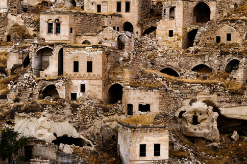 Развалины под башней поселения Ортахисар в Каппадокии