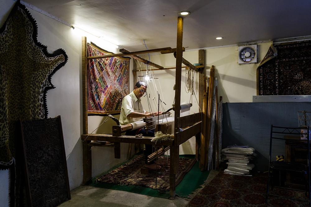 Мастер по изготовлению пашмины и его ткацкий станок, фабрика ковров и пашмины в Шринагаре, Кашмир, Индия