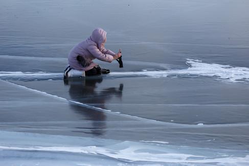 Скользко, но красиво на льду Байкала!