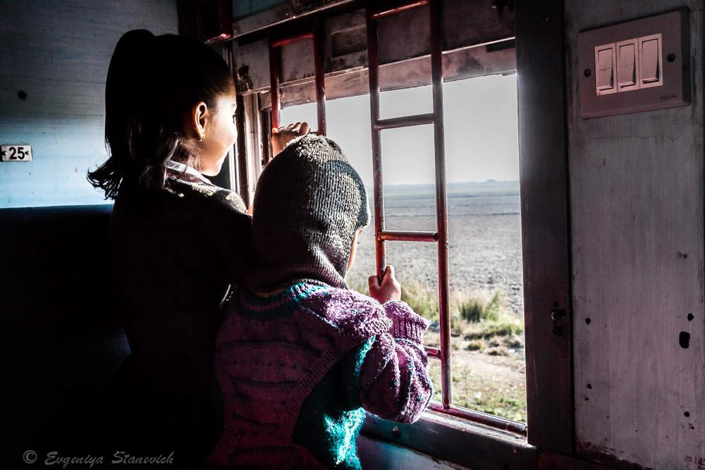 Дети обожают поезда ) В данном случае, это декабрь, север Индии - прохладно в слиппере