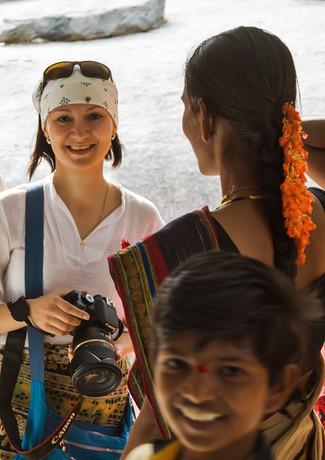 Наша фототурщица Лена с местными индусами в храме в Хампи