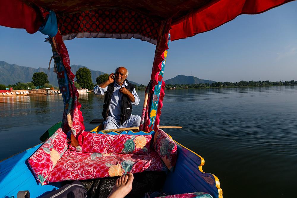 Лодочник на озере Нигин, Шринагар, Индия
