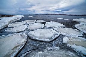 Свежие льдины в устье реки Сарма на Байк