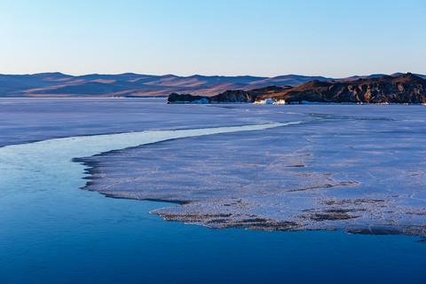 Раздел воды и льда на Малом Море, Байкал. Май