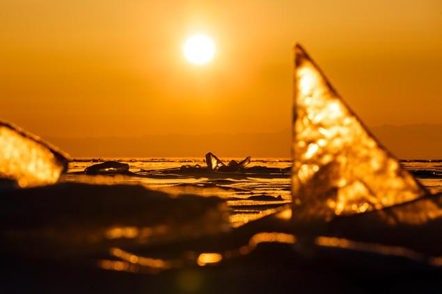 Рассветная льдинка на Байкале