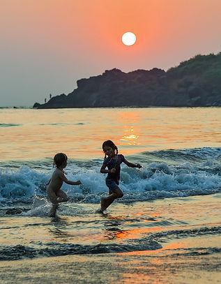 Дети играют на пляже в Гоа