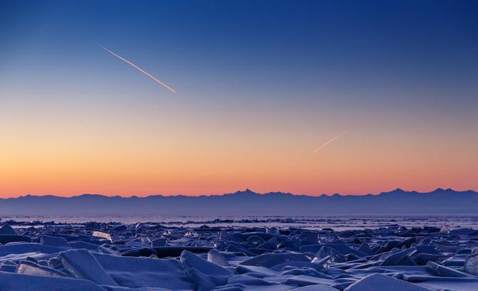 Рассвет на льду Байкала