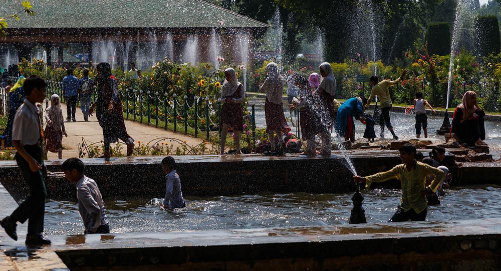 Субботний день в саду Шалимар, Шринагар, Кашмир, Индия