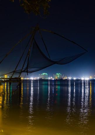 Ночной пейзаж с рыбацкими сетками в Кочи, Керала, Индия