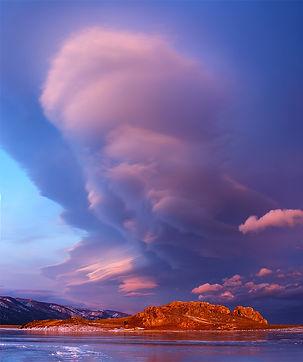 Облако на Байкале в декабре в закатном о