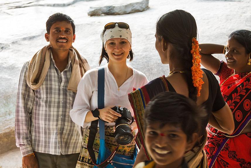 Участница фототура с местными индусами в Хампи