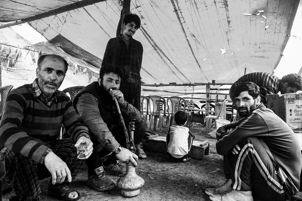 Местные в Сонамарге, Кашмир, Индия. Курят кальян и угощают чаем