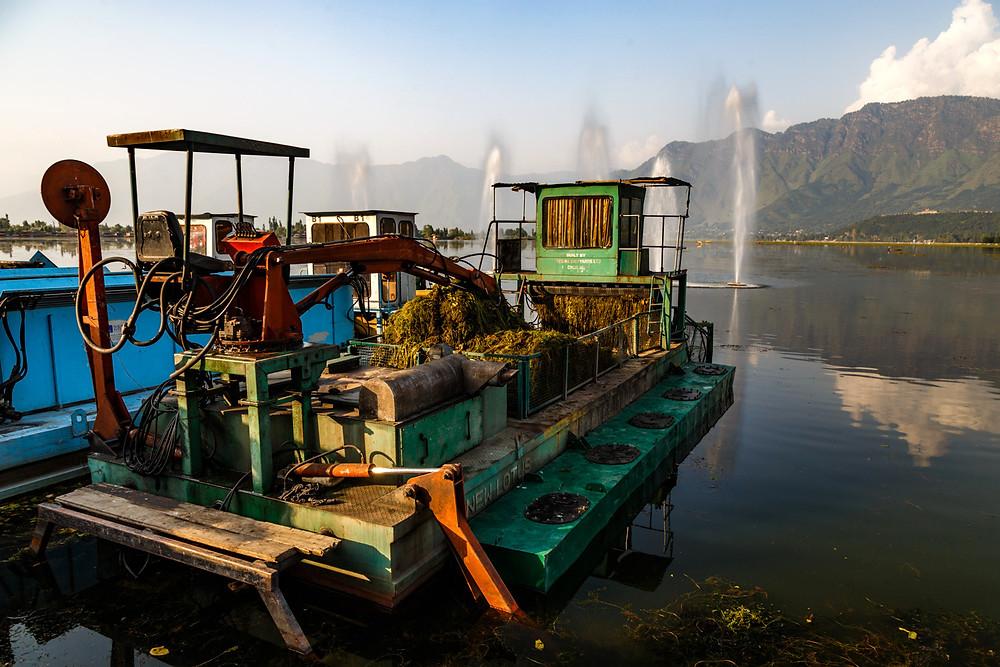 Речной экскаватор на озере Дал, Шринагар, Кашмир, Индия