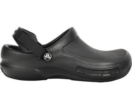 Vista lateral de crocs negras
