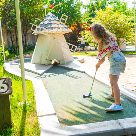menina brincando no mini golf Hotel Mil