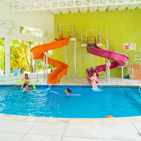 crianças_brincando_na_piscina_com_escorr
