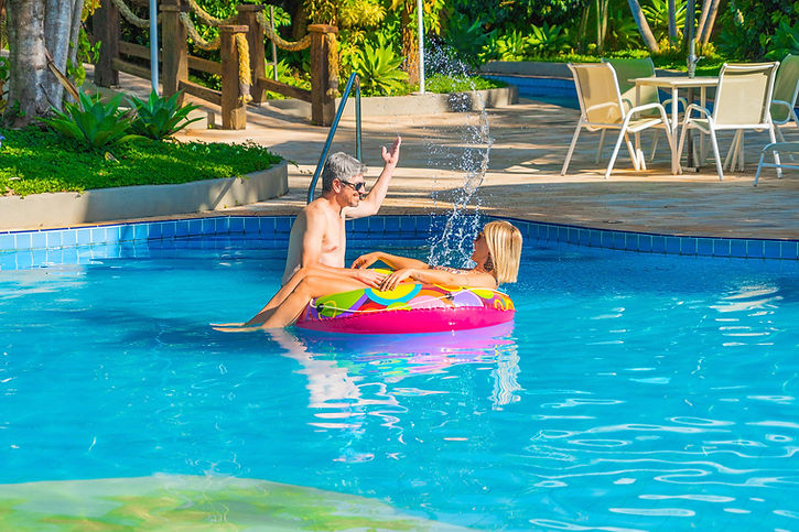 casal na piscina grande com praia do Hot