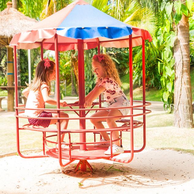 meninas brincando no gira-gira playgroun