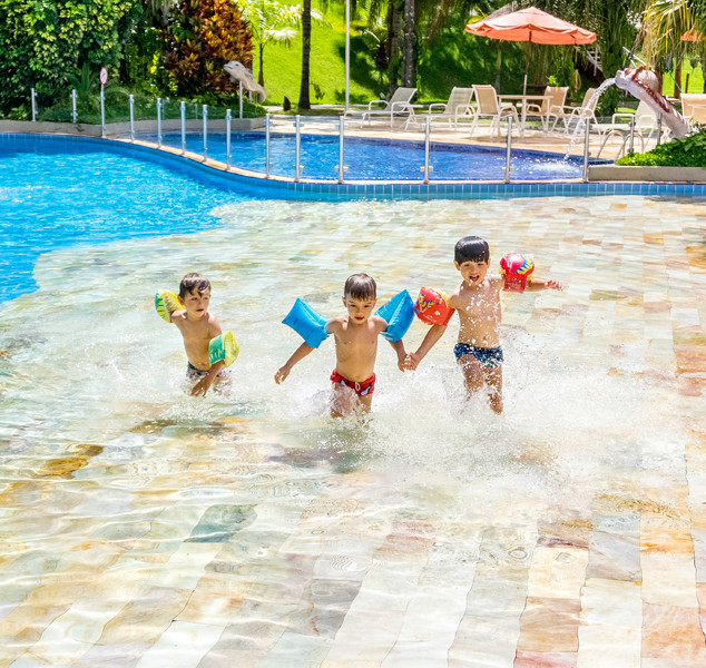 Hotel_Mil_Flores_Crianças_Brincando_Pisc