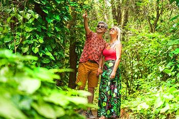 casal_passeia_na_área_verde_bosque_do_Ho