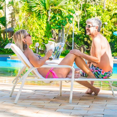 casal, drinks na piscina com praia do Ho