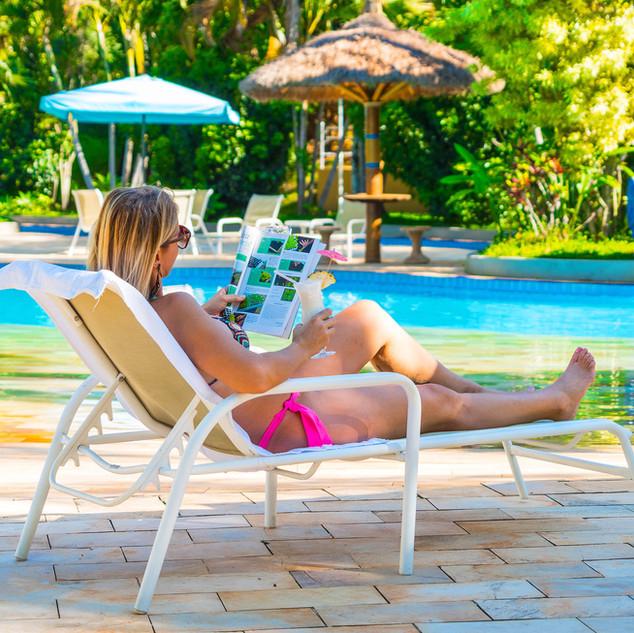 mulher, drinks e descanso na piscina com