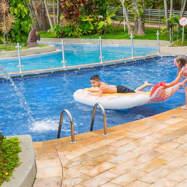 crianças_brincando_na_piscina_com_as_bói