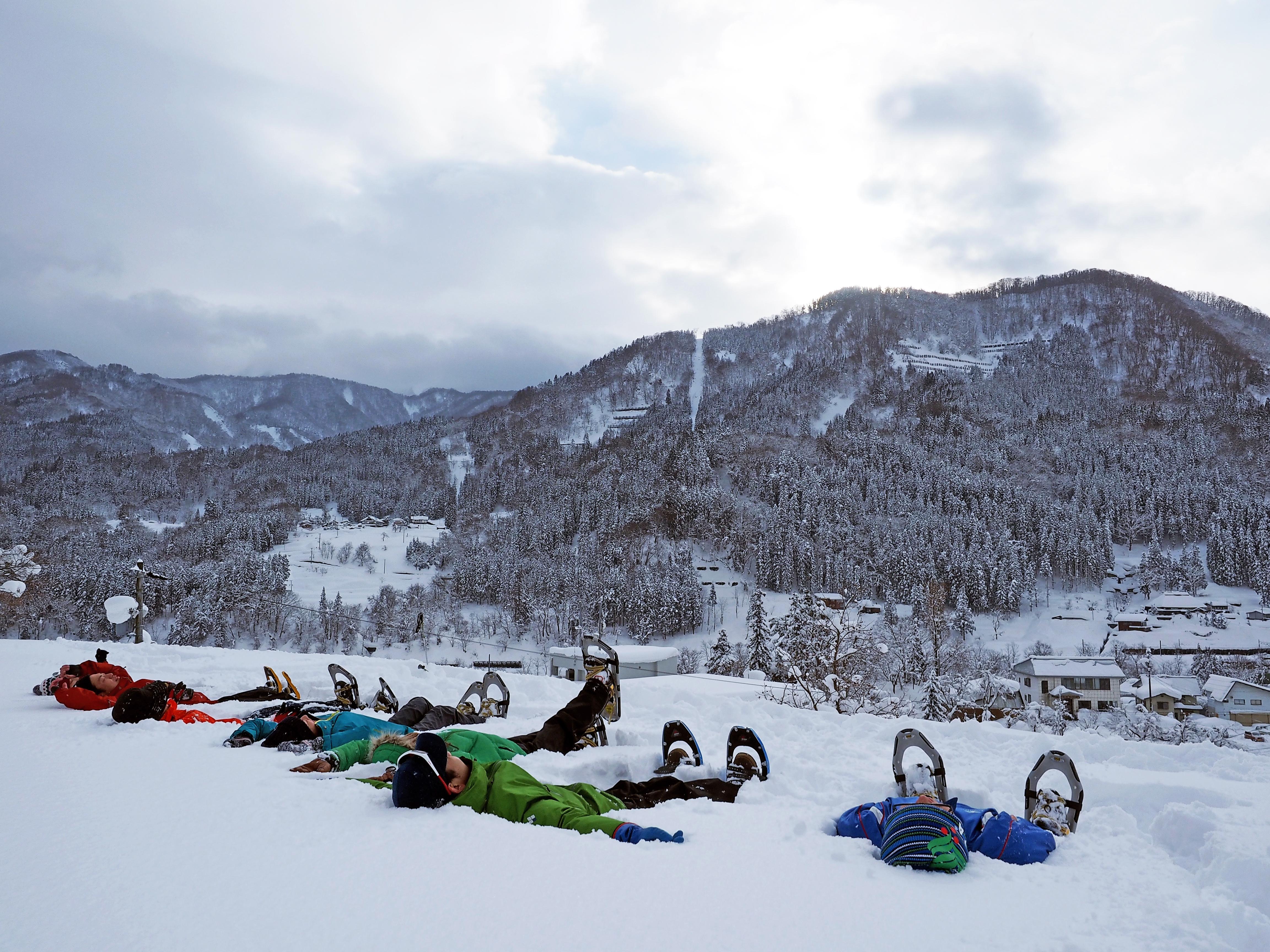 大人も雪の上でのんびりと そのまま寝ないでね