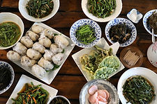 12 できた料理をずらり並べて記念撮影。どんな料理になるかはその日の山菜次第。山