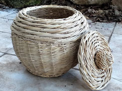 Round-Sided Basket with a Lid