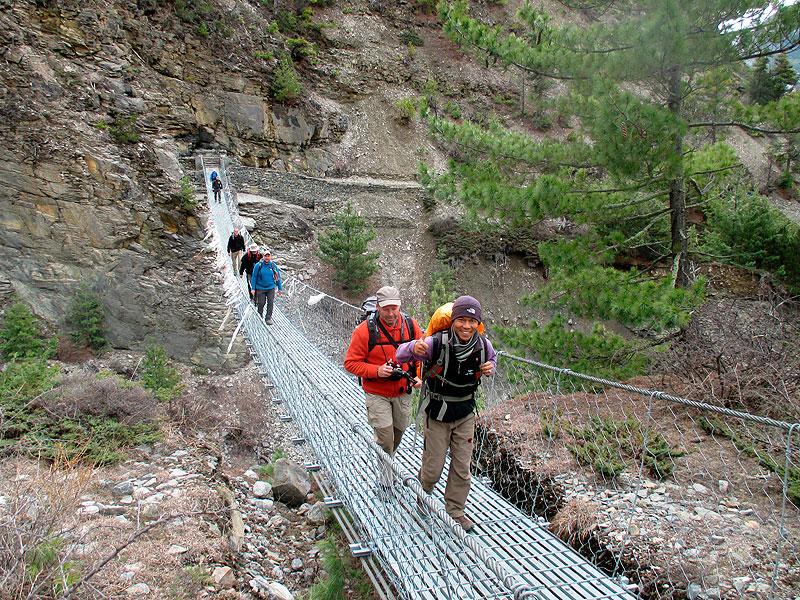 Hängebrücke über Ngadi Klola River