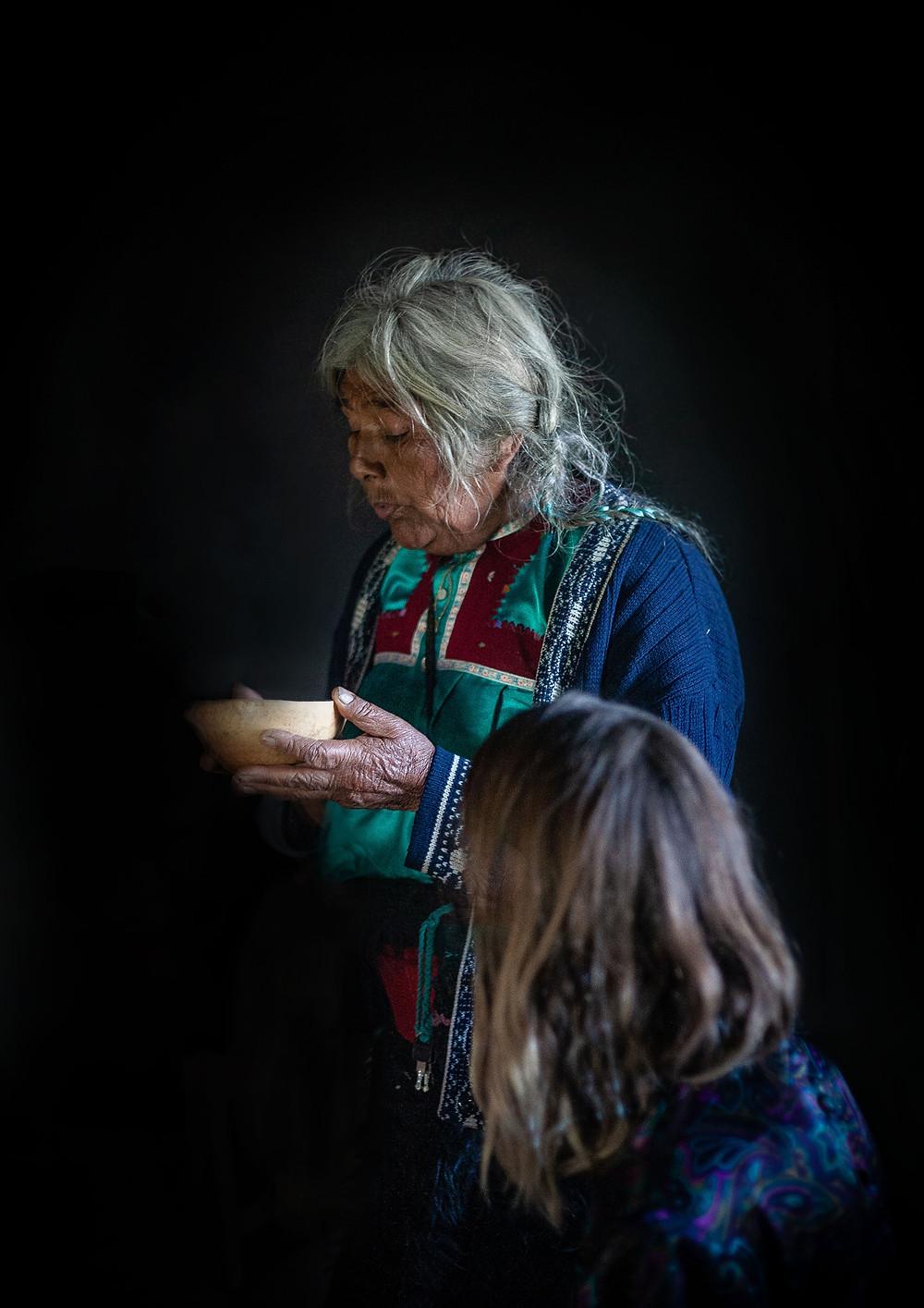 La abuelita procède au rituel de guérison par @NinaSarfas - Uekani