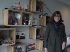 Cathy découvre les étagères ludiques pour initiés les jeunes au tri des objets jetés