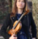 Auf meinem Königssessel im Kozertkleid, Geige in der Hand glücklich