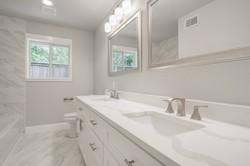 25 - hall bath sinks.jpg