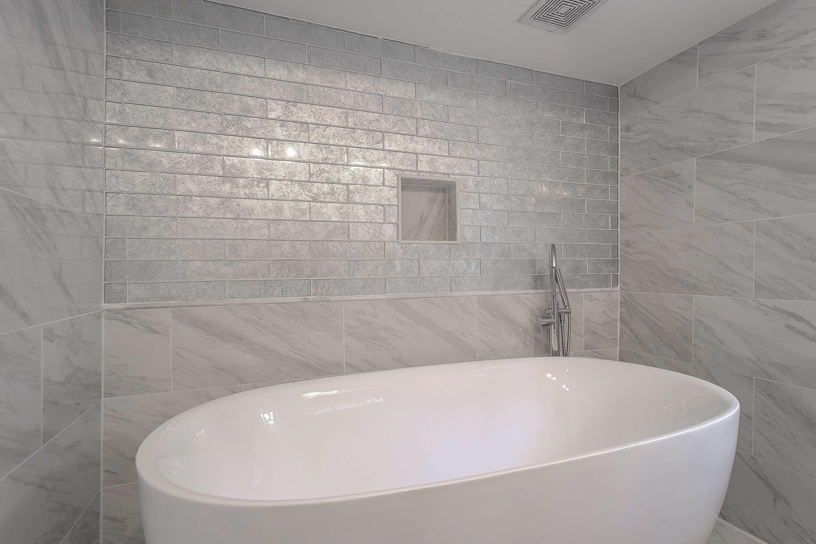23 - hall bath 2.jpg