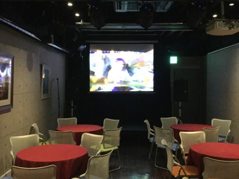 入り口側平台3枚 6卓+30脚 スクリーン.JPG